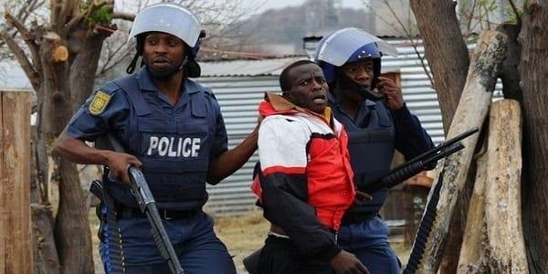 415896_des-policiers-sud-africains-arretent-un-mineur-a-marikana-le-15-septembre-2012