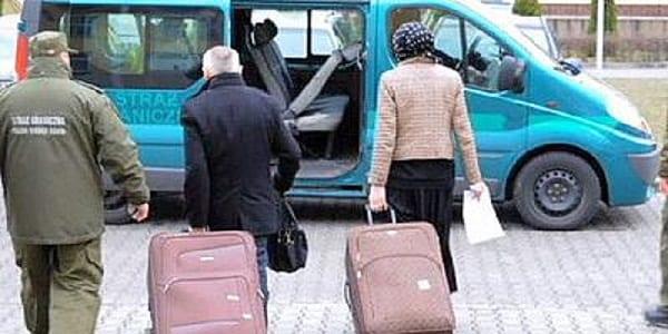 un francais cache sa femme dans une valise