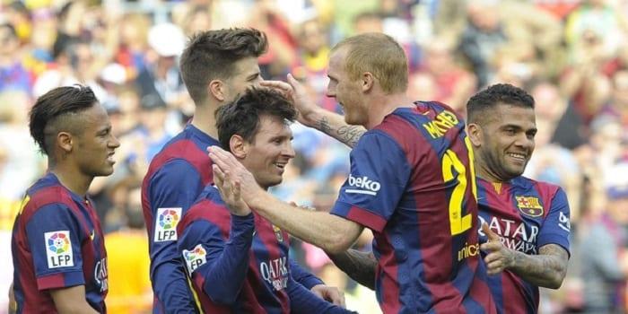 648x415_lionel-messi-felicite-coequipiers-apres-400e-but-sous-couleurs-barcelone-occasion-match-contre-valence-18-avril-2015