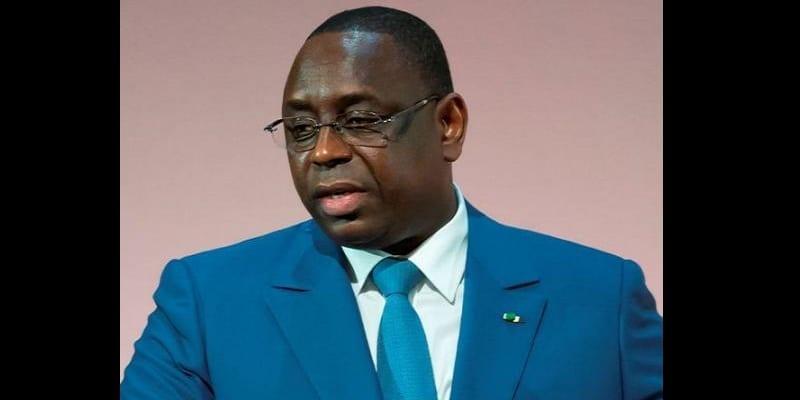 """Le président sénégalais Macky Sall a annoncé mardi la tenue d'un référendum l'an prochain sur la réduction du mandat présidentiel de sept à cinq ans, disant vouloir """"donner l'exemple"""" alors que d'autres dirigeants africains cherchent à se maintenir au pouvoir. /Photo prise le 6 février 2015/REUTERS/Ian Langsdon"""