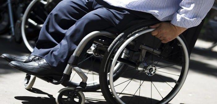 7782331820_une-personne-en-fauteuil-roulant-illustration