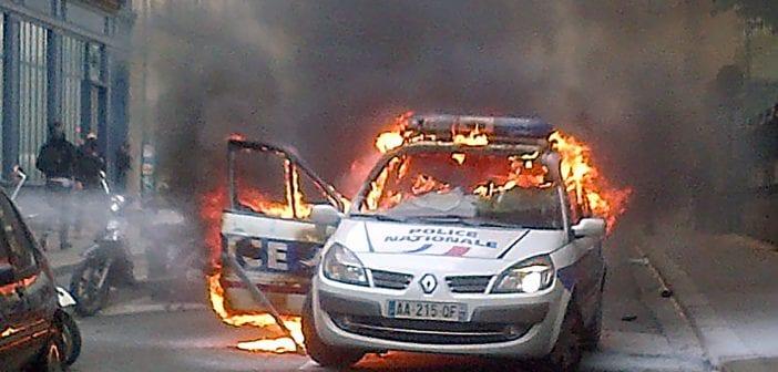Manifestation-de-policiers-une-voiture-incendiee-a-Paris
