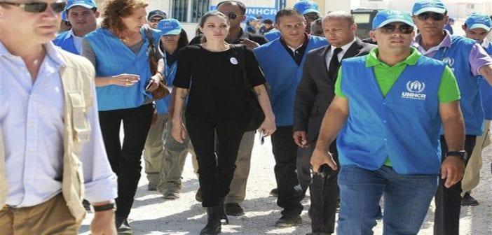 L'actrice américaine Angelina Jolie, en visite mardi dans le camp de réfugiés syriens de Zaatari en Jordanie en tant qu'émissaire spéciale des Nations unies, n'a pu retenir ses larmes en entendant les récits de survivants. /Photo prise le 11 septembre 2012/REUTERS/Muhammad Hamed