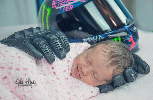 La photo émouvante d'un bébé dans les mains de son papa décédé