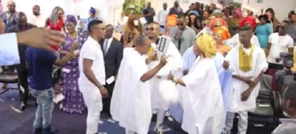 Amsterdam: Des riches nigérians pulvérisent d'argent leur église lors d'une cérémonie (PHOTOS + VIDÉO)