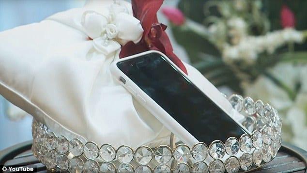 Las Vegas/insolite: Un homme marie son téléphone portable dans une cérémonie bizarre (PHOTOS)