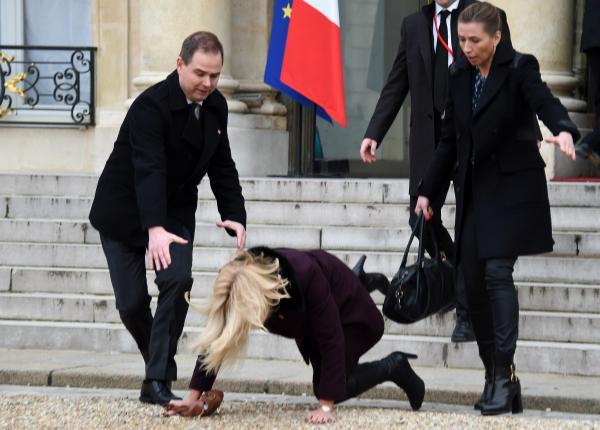 la-Première-ministre-danoise-Helle-Thorning-Schmidt.-Qui-a-chuté-en-quittant-l'Elysée (1)