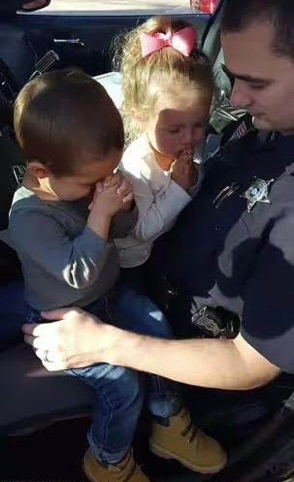 USA: Photo émouvante de deux enfants priant pour leur père policier