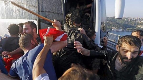 Coup d'Etat échoué en Turquie: Les civils décapitent un soldat, fouettent sévèrement les autres (PHOTOS)