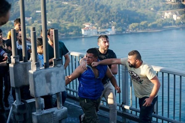 A-civilian-beats-a-soldier-after-troops-involved-in-the-coup-surrendered-on-the-Bosphorus-Bridge-in