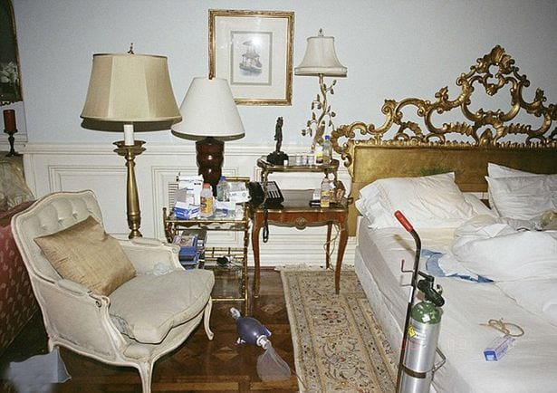 Michael-Jacksons-chaotic-bedroom (1)