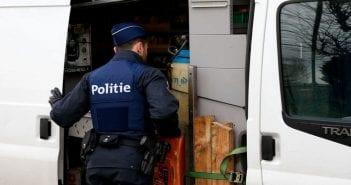 photo-d-illustration-un-policier-belge-inspecte-une-fourgonnette-a-la-frontiere-francaise-le-24-fevrier-2016_5584827