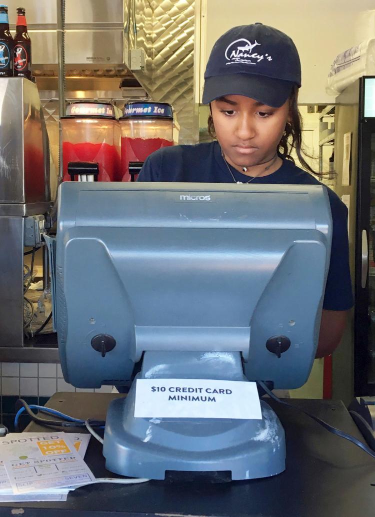 Sasha Obama est serveuse dans un restaurant de fruits de mer