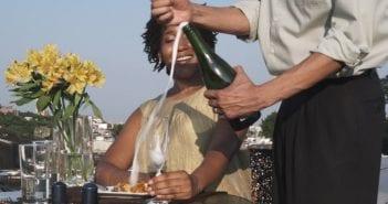 628069177-bouteille-de-champagne-tresse-de-cheveux-rendez-vous-verre-a-champagne