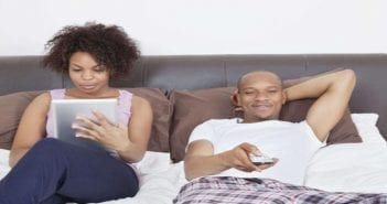 648x415_couple-lit-tablette-television