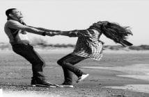 couple-heureux-sur-une-plage
