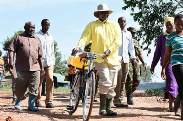 Ouganda: le président surprend des villageois en allant puiser de l'eau sur une bicyclette: PHOTOS