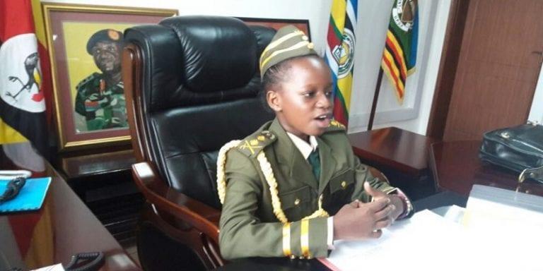 Ouganda: Une fillette de 8 ans chef de l'armée pendant 10 minutes (PHOTOS)