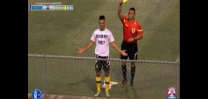 Un Footballeur reçoit un carton jaune à cause de sa demande en mariage: VIDÉO