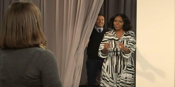 Vidéo: Michelle Obama fait une surprise aux téléspectateurs au cours d'une émission télévisée