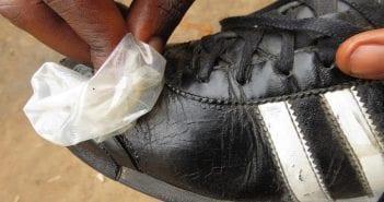 cirage de chaussure à l'aide de preservatif