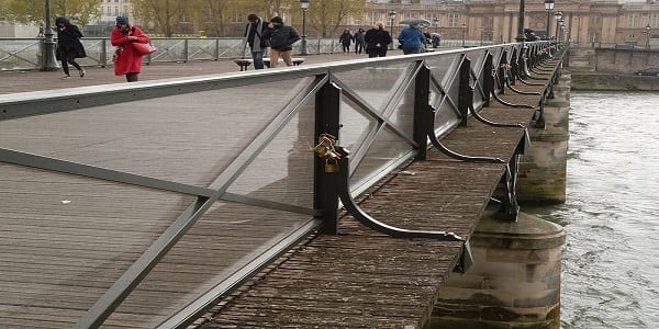 Un cadenas portant les prénoms du couple Obama retrouvé sur les ponts de Paris. Explications