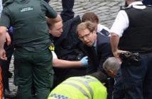 Le député en photo donnant les premiers secours au policier