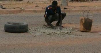 le jeune homme en action sur l'Avenue