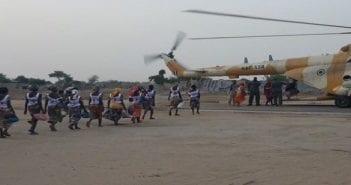 Les filles libérées prenant l'hélicoptère pour le Nigéria