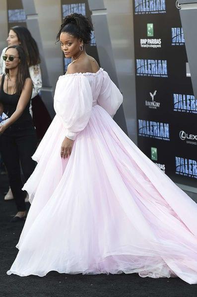 Cette étonnante robe de mariée de Rihanna qui fait le buzz...Vidéo