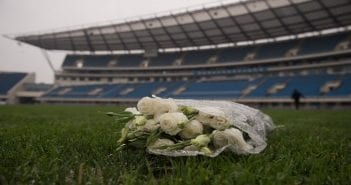 bouquet-roses-blanches-hommage-footballeur-international-ivoirien-Cheick-Tiote-decede-soudainement-5-2017-Pekin-Chine_0_1398_931
