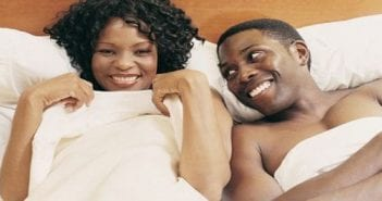couple-black-heureux-sur-le-lits-1