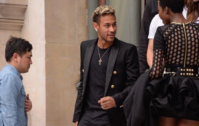 Quand Neymar et Dani Alves s'amusent à défiler à la Fashion week parisienne...photos