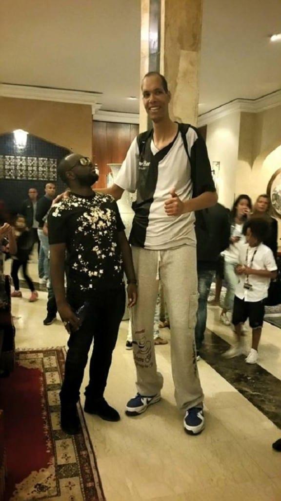 Samuel Etoo rencontre lhomme le plus grand à Marrakech