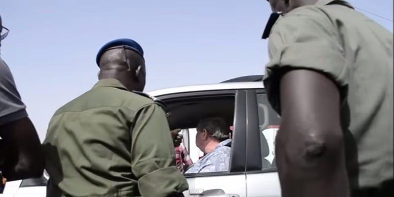 ce-gendarme-fait-respecter-l-ordre-a-un-vieux-toubab-gonfle-regardez-312433