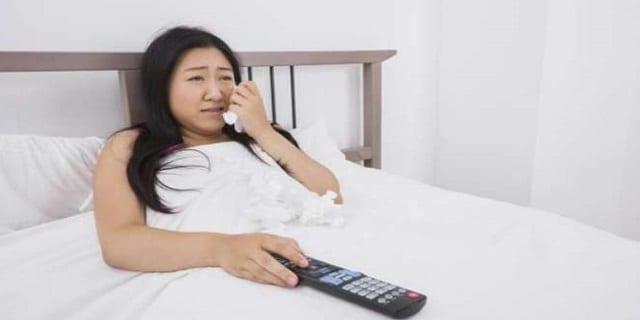 femme-japonaise-lit-pleure-L