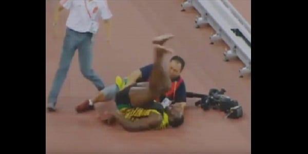 7779523753_usain-bolt-fauche-par-un-cameraman-quelques-minutes-apres-avoir-gagne-le-200-m-des-mondiaux-d-athletisme