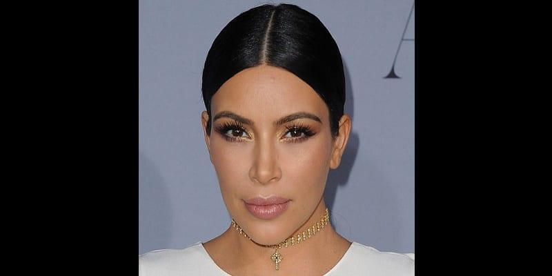 Kim-Kardashian-Je-dors-maquillee_portrait_w674