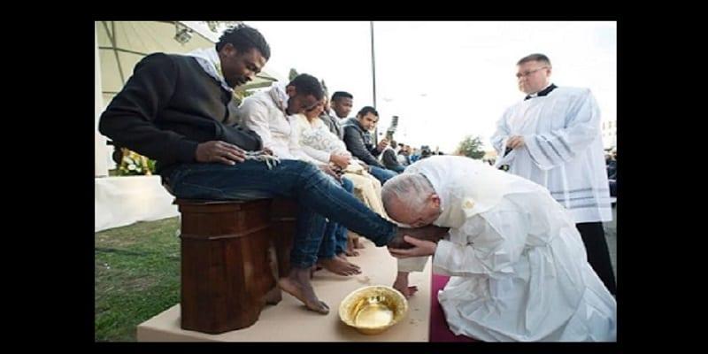 le pape lave les pieds