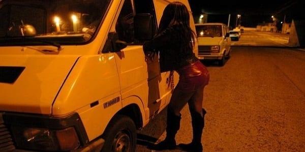 94253_une-prostituee-attend-un-client-a-cote-de-sa-camionnette-amenagee