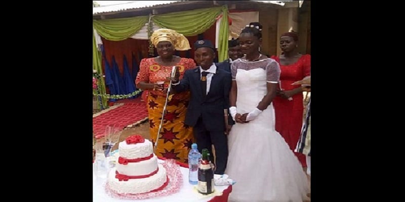 Hilarant Ce Couple Nigerian Coupe Son Gateau De Mariage