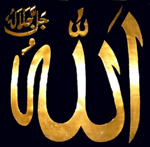 Allah Écrit En Arabe un homme trouve le nom d'allah gravé dans une pastèque pendant le