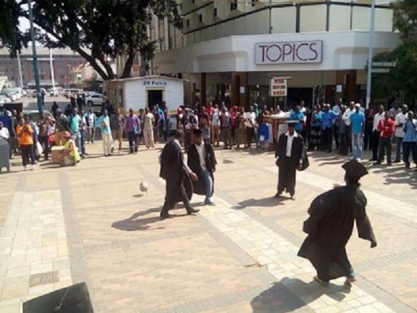 Zimbabwe: Des diplômés au chômage jouent au foot en pleine protestation pacifique (PHOTO)