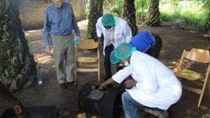 Togo: Regarder comment  l'Ambassadeur des États-Unis, fait la torréfaction des fèves de cacao...photos