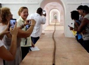 Cuba: Pour ses 90 ans, Fidel Castro reçoit un cigare de 90 mètres de long (voir images)