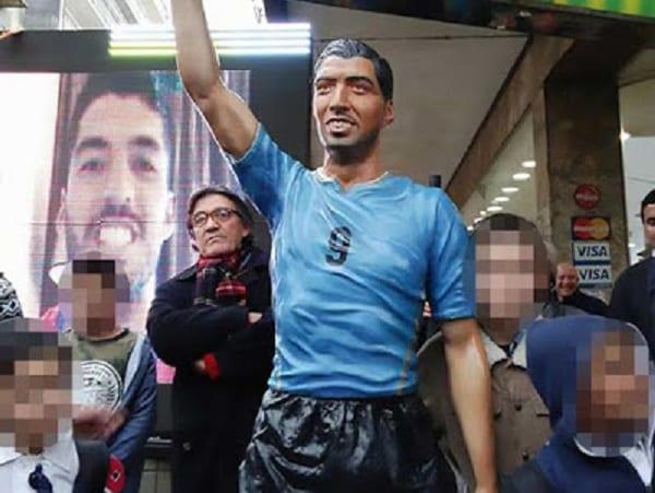 Découvrez la statue ''ridicule'' de Luis Suarez: PHOTOS