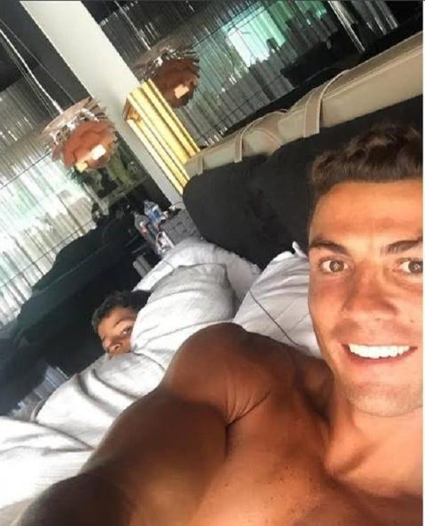 Cristiano Ronaldo: Quand son fils teste sa nouvelle Bugatti de plus de 2 millions € (PHOTOS)