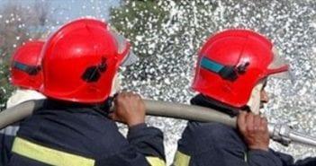 Les sapeurs ici s'activant à éteindre le feu