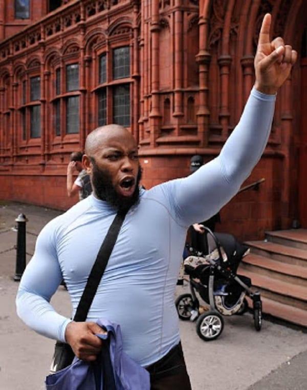 """Un prêcheur de rue musulman traite sa coreligionnaire de """"prostituée, Satan» pour avoir porté un jean serré"""