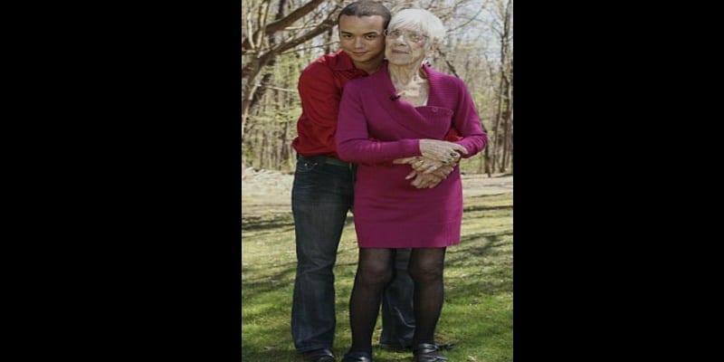 un jeune homme de 31 ans amoureux d 39 une vieille de 91 ans voir vid o afrikmag. Black Bedroom Furniture Sets. Home Design Ideas